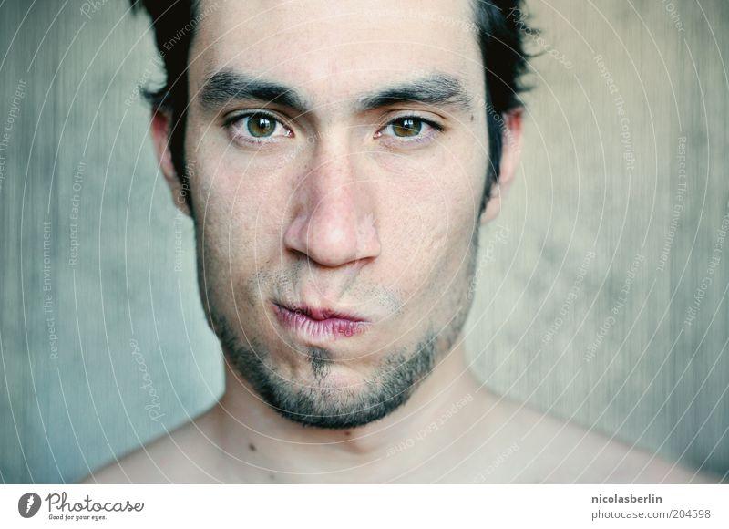 Beteiligungslevel Mann Gefühle Erwachsene Stimmung Mund maskulin beobachten Bart frech Grimasse Anschnitt Verzerrung Dreitagebart Kinnbart Porträt
