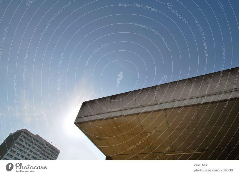 Hoffnungsschimmer Sonne blau Stadt Sommer Ferne grau Wärme hell Beton Hochhaus hoch Fassade Perspektive modern trist