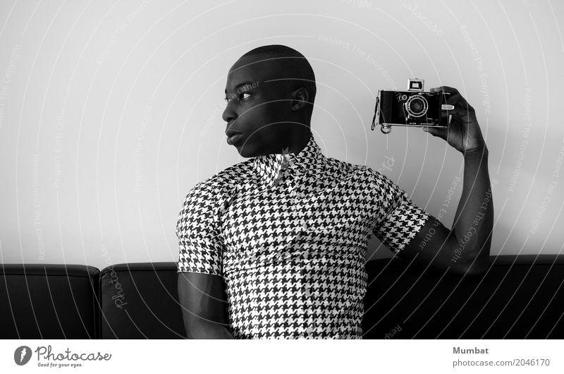 Typ mit Kamera Stil Design Fotografie Sofa maskulin Junger Mann Jugendliche Erwachsene 1 Mensch 18-30 Jahre Mode Hemd kurzhaarig Glatze Fotokamera sitzen