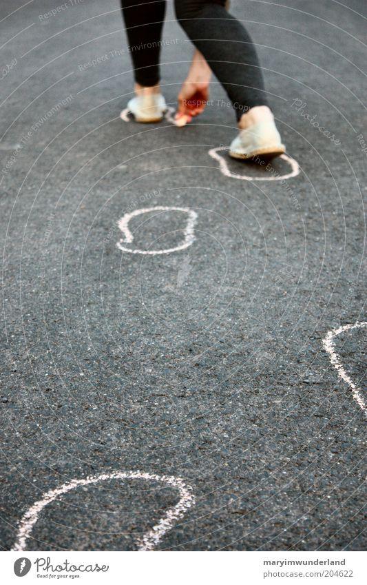und welchen weg gehst du? Beine Fuß Straße Strumpfhose Schuhe entdecken gehen laufen zeichnen Fußspur Kreide malen Espandrilles Frau Frauenbein Leggings