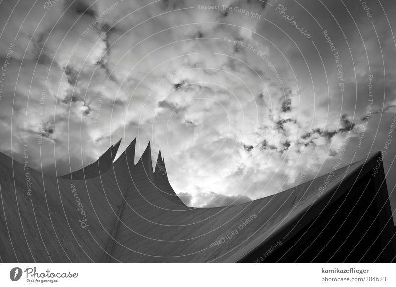 tempodrom berlin Himmel weiß Sonne schwarz Haus Wolken Berlin Architektur Beton Fassade Dach Spitze aufwärts Futurismus Sehenswürdigkeit
