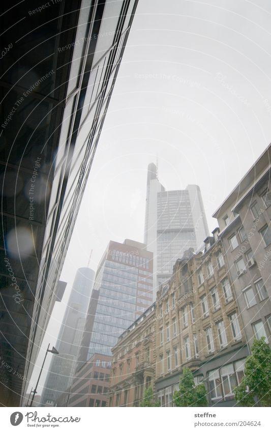 Bankenabgabe schlechtes Wetter Regen Frankfurt am Main Skyline Haus Hochhaus Bankgebäude Business Kapitalwirtschaft Handel Konkurrenz Gedeckte Farben