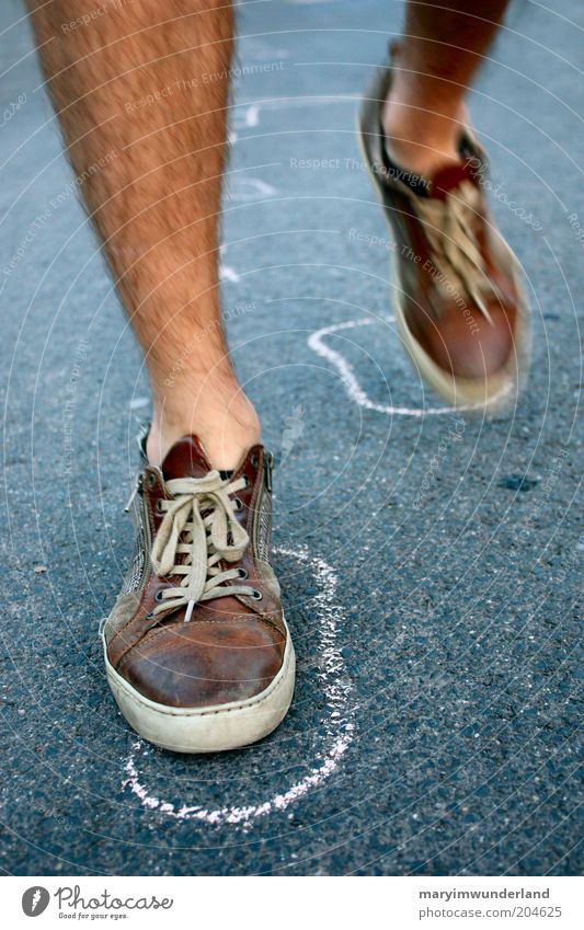hallo, hier bin ich! Beine Fuß Straße Schuhe Turnschuh gehen laufen Erfolg fest frei stark braun schwarz Kreide Fußspur Schuhbänder Mut Entschlossenheit