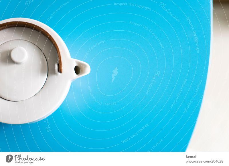 Teepott Getränk Heißgetränk Topf Teekanne Kannen Tisch Küchentisch schön rund blau weiß türkis Tragegriff Teetrinken Tülle Farbfoto Innenaufnahme Menschenleer
