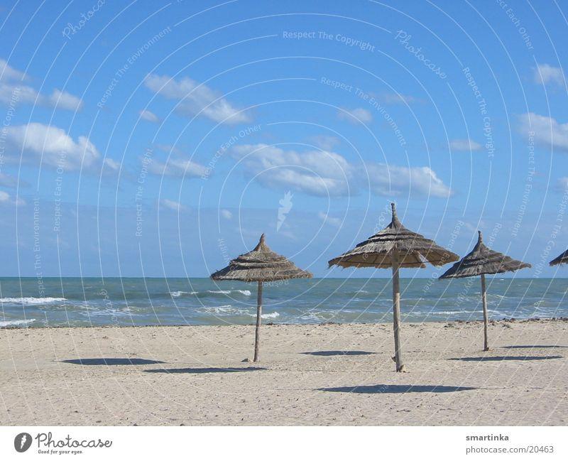 the beach Meer blau Sommer Strand Einsamkeit Sand Raum leer Sonnenschirm Schweben