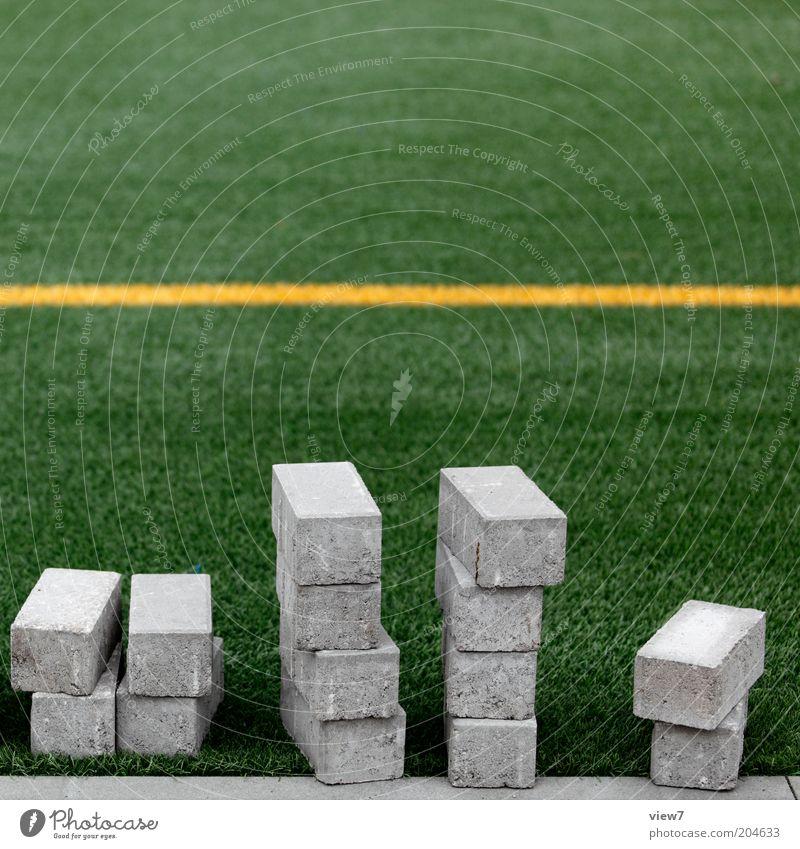 Zuschauer Sportstätten Fußballplatz Stein Linie Streifen bauen liegen warten eckig einfach grün stagnierend Pflastersteine Farbfoto Außenaufnahme Detailaufnahme