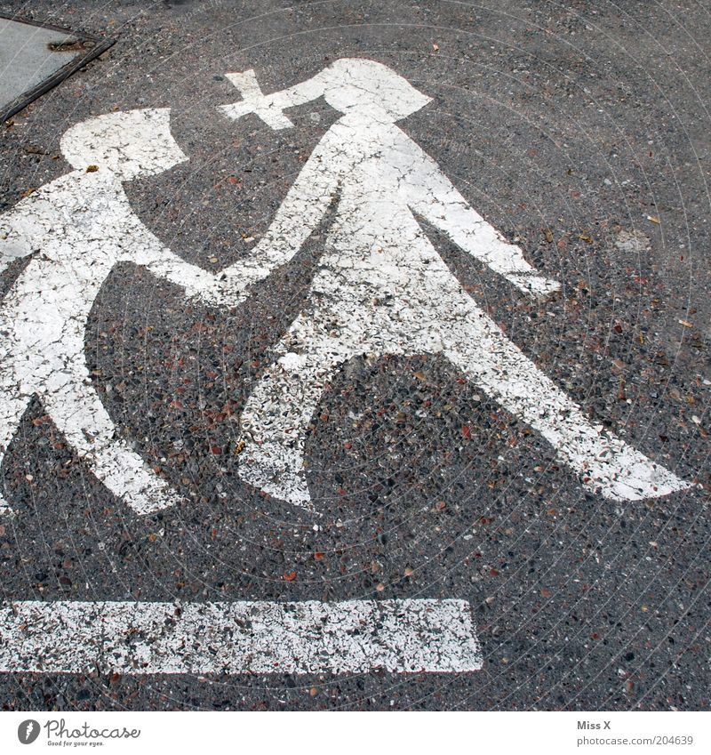 wir zwei Kind Mensch Straße Erwachsene gehen Schilder & Markierungen Verkehr Sicherheit Hilfsbereitschaft Mutter Vertrauen führen Warnhinweis Eltern Fußgänger Vorsicht