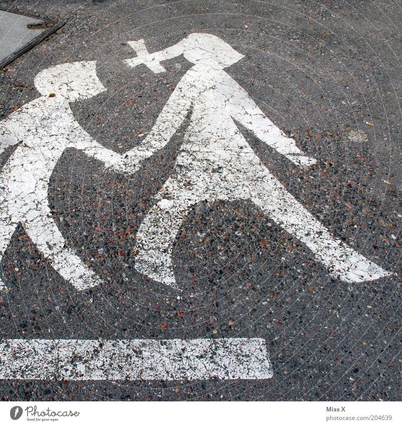 wir zwei Kind Mutter Erwachsene Geschwister 2 Mensch Verkehr Straße Schilder & Markierungen Verkehrszeichen gehen Vertrauen Sicherheit Hilfsbereitschaft