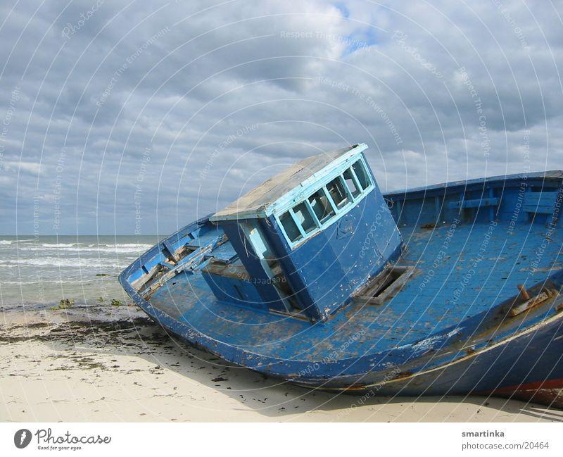 Gestrandet Wasserfahrzeug Strand Meer gestrandet Einsamkeit vergessen obskur Schiffswrack ausgeschlachtet blau alles was wir besitzen ist zeit