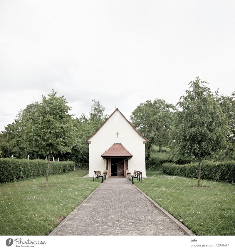 bethaus Himmel Baum Gras Sträucher Wiese Kirche Bauwerk Gebäude Architektur Wege & Pfade grau grün klein Gebet Religion & Glaube Christliches Kreuz Hecke