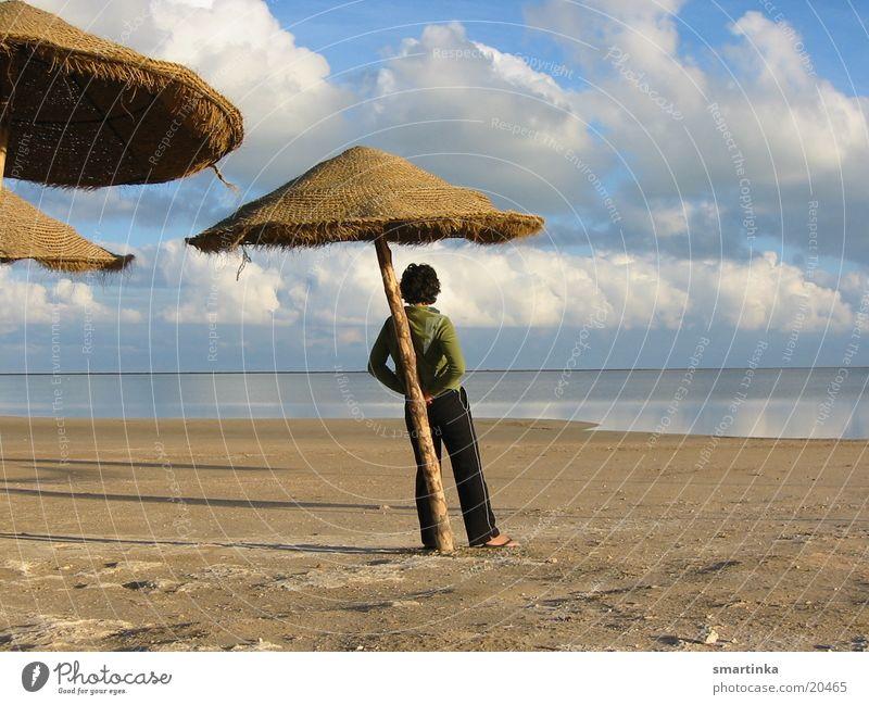 passiert nix Meer Publikum feminin Frau Blick Sonnenschirm Horizont Denken Einsamkeit Wolken genießen Himmel Mensch ruhig nachdenken fallen lassen