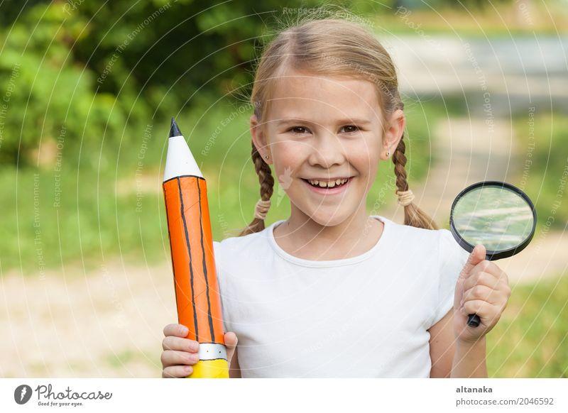 Lächelndes junges Kind in einer Uniform Lifestyle Freude Glück schön Erholung Freizeit & Hobby Freiheit Sommer Schule Mensch Frau Erwachsene