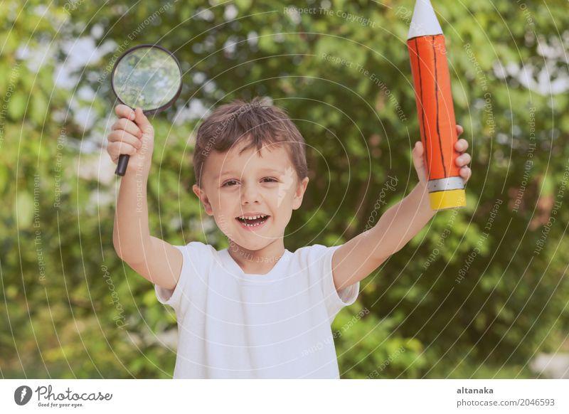 Lächelndes junges Kind in einer Uniform Lifestyle Freude Glück schön Erholung Freizeit & Hobby Freiheit Sommer Schule Mensch Junge Mann Erwachsene