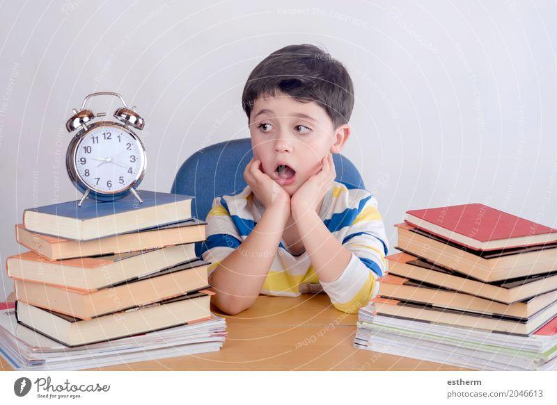 Gelangweilter Student Junge sitzt auf einem Stuhl Lifestyle lesen Kindererziehung Bildung Kindergarten Schule lernen Mensch Kleinkind 1 3-8 Jahre Kindheit Buch