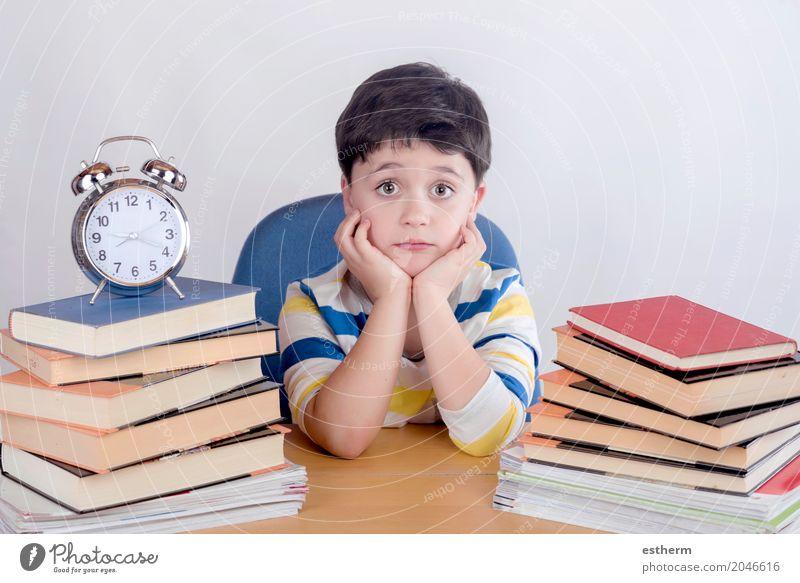 Mensch Kind Lifestyle Junge Schule Stimmung träumen Kindheit Buch lernen lesen Neugier Bildung Überraschung Schüler Kleinkind