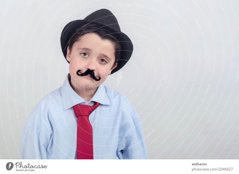 Lustiger Junge mit dem gefälschten Schnurrbart und der Bindung Mensch Kind Erwachsene Lifestyle Gefühle Glück Party Feste & Feiern Zusammensein