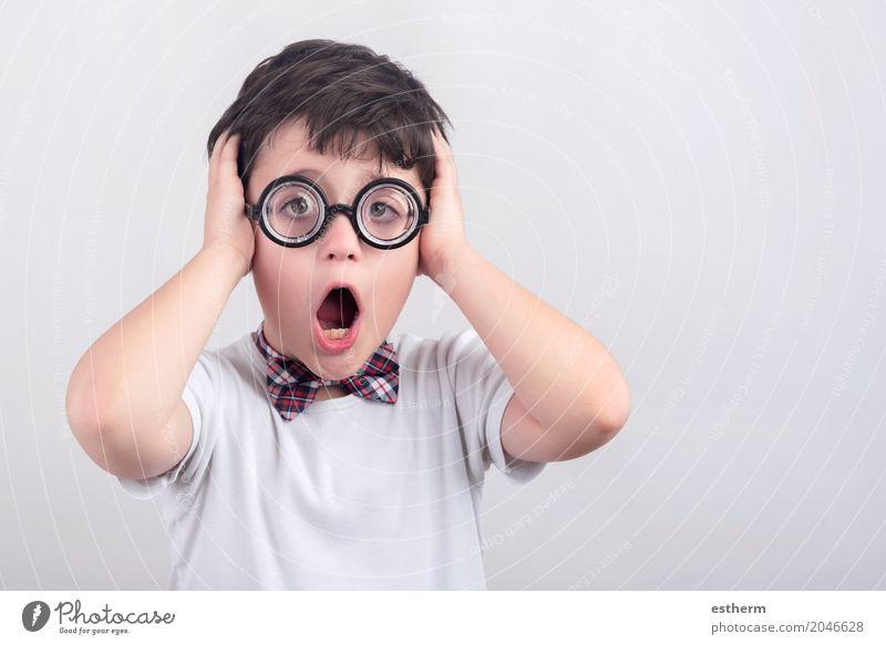 Überraschter Junge mit Brille Mensch Kind Lifestyle Gefühle Party Stimmung Kindheit Überraschung Karneval Kleinkind Scham Krawatte Nervosität Entsetzen