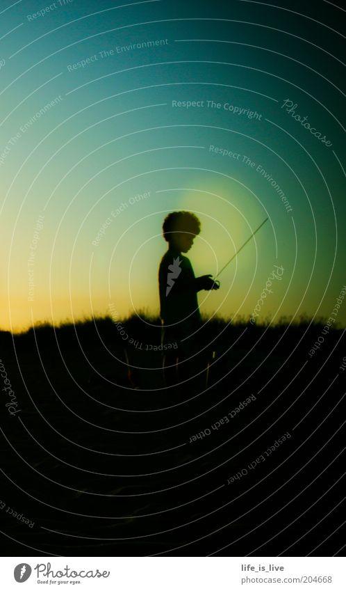 wahrlich holdselig Junge 1 Mensch Himmel Sommer Afro-Look Spielen stehen dunkel Leben Sehnsucht Fernweh einzigartig Hoffnung Kindheit Farbfoto Abend Dämmerung
