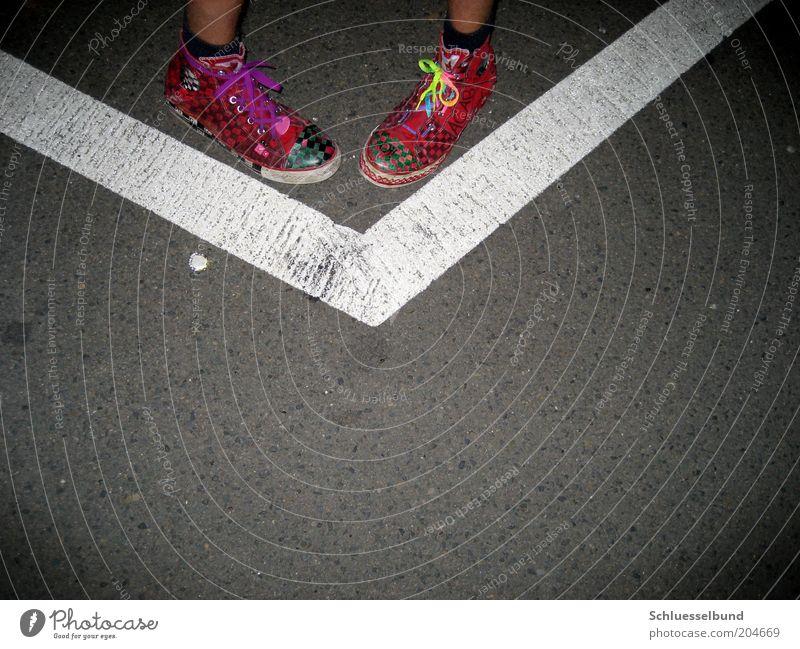 w G III Mensch Jugendliche Sommer Straße Beine Fuß Kunst Schuhe Haut Beton verrückt maskulin stehen Streifen Stoff