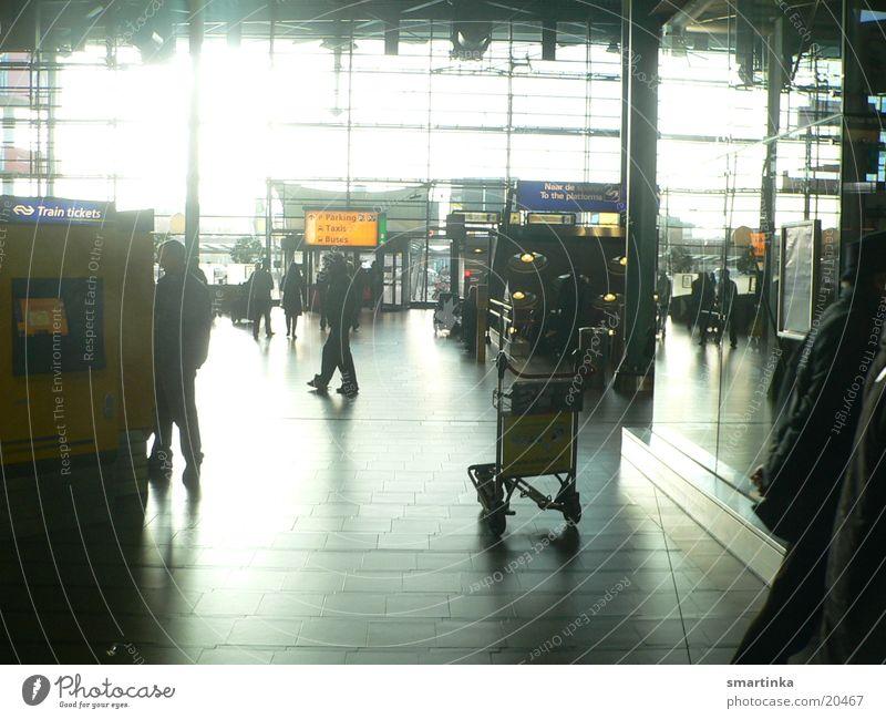 Flughafen Schiphol Morgen Licht Stress eng Zwischenstation Architektur Tourist Mensch fremde menschen ich will weg Eile
