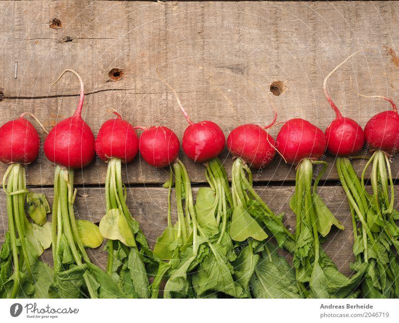 Radieschen Sommer lecker Gemüse Ernte Bioprodukte Vegetarische Ernährung Vitamin Holztisch Gartenarbeit rustikal Vegane Ernährung Reihenfolge Gartentisch