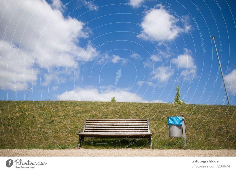 Ersatzbank II Himmel Wolken Schönes Wetter Gras Wiese Deich Parkbank Holzbank Bank Müllbehälter Müllsack blauer Sack leer Fahnenmast Wege & Pfade Sand grün