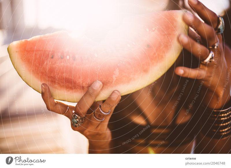 Nahaufnahme der Frau Scheibe der Wassermelone halten Lebensmittel Frucht Ernährung Essen Ferien & Urlaub & Reisen Sommer Sommerurlaub Sonne Sonnenbad Erwachsene