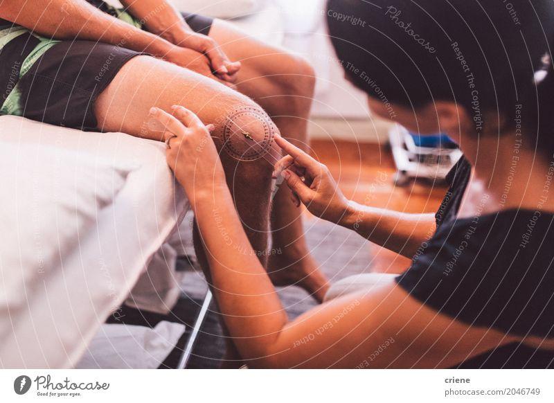 Messendes Knie des weiblichen Physiotherapeuten des Patienten Mensch Frau Mann Erwachsene Lifestyle Beine Gesundheitswesen Arbeit & Erwerbstätigkeit Körper