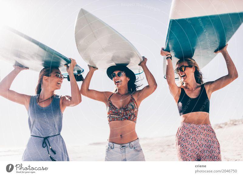 Glückliche junge erwachsene Freunde, die Spaß am Strandsurfen haben Mensch Ferien & Urlaub & Reisen Jugendliche Sommer Junge Frau Sonne Freude 18-30 Jahre