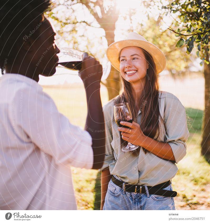 Mixed Race Couple spricht miteinander und genießt Wein. trinken Lifestyle Freude Glück Freizeit & Hobby Sommer Sonne ausgehen Junge Frau Jugendliche Junger Mann