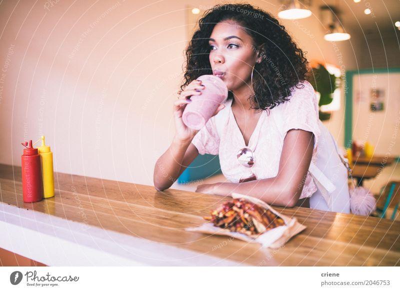 Junge Afroamerikanerin bei Milchshake und Pommes in der Bar Essen Mittagessen Abendessen Fastfood trinken Lifestyle Restaurant feminin Junge Frau Jugendliche