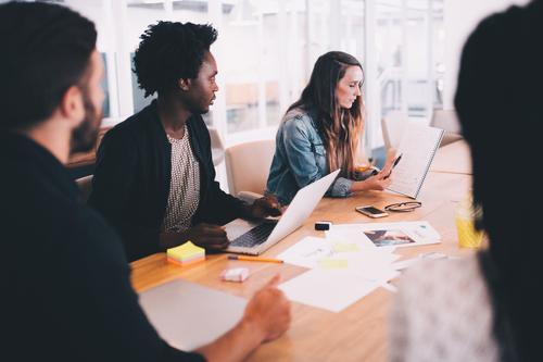 Gruppe von gemischtrassigen Geschäftsleuten, die sich treffen. Lifestyle Arbeit & Erwerbstätigkeit Büro Kapitalwirtschaft Business Mittelstand Unternehmen