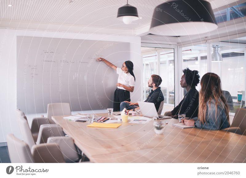 Gruppe junge erwachsene Leute im Geschäftstreffen Schreibtisch Arbeit & Erwerbstätigkeit Beruf Büro Kapitalwirtschaft Business Unternehmen Sitzung sprechen