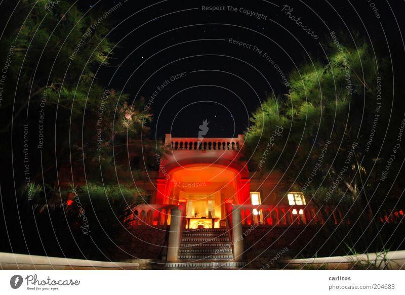 Wenn es Nacht wird ...... grün Pflanze rot Sommer Haus Gebäude Wärme Stern glänzend Fassade Treppe ästhetisch Sträucher Klima Nachthimmel