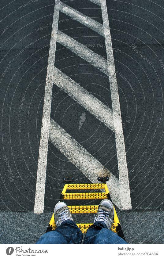 der schmale grat Mensch Mann Straße Fuß Wege & Pfade Beine warten Erwachsene Schilder & Markierungen Verkehr Jeanshose bedrohlich Asphalt Streifen Verkehrswege