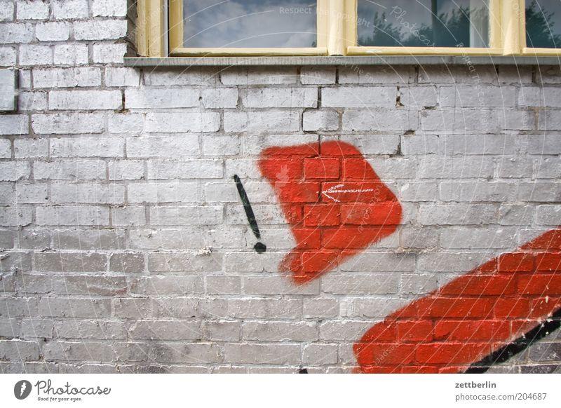 ! <- Wand Mauer gemauert Haus Fassade Fenster Fensterbrett Buchstaben bemalt Beschriftung beschmutzen Vandalismus Graffiti Jugendkultur silber rot