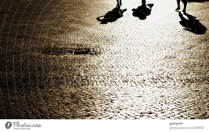praça da grande sombra Mensch Sommer ruhig Bewegung Menschengruppe gehen Platz einzigartig Lebensfreude Idylle Kopfsteinpflaster Gully Lissabon Textfreiraum Schatten