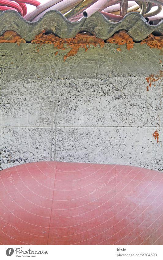 FASS ADE Mauer Wand Stein Beton Linie grau rosa skurril sparsam stagnierend Fass Isolierung (Material) Dach welldach Schlauch Gartenschlauch trist