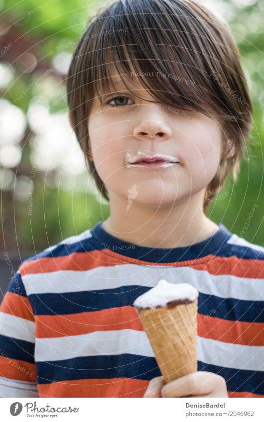 Ein Junge mit einer Eistüte und einem Bart aus Eiscreme Lebensmittel Speiseeis Ernährung Picknick kaufen Glück Wohlgefühl Zufriedenheit Ferien & Urlaub & Reisen