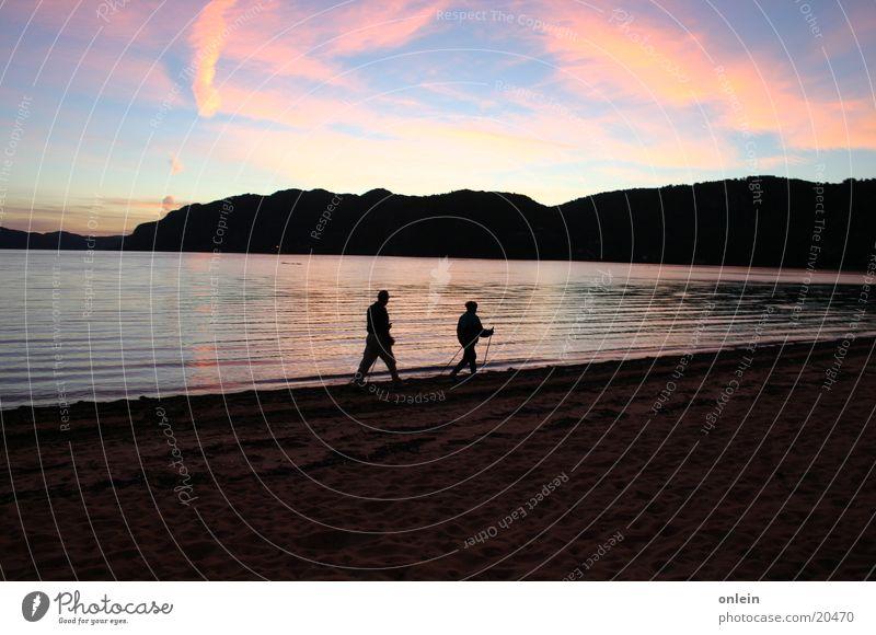 Nordic Walking in Norwegen Sonnenuntergang Meer Strand Sport Wasser Paar laufen walking