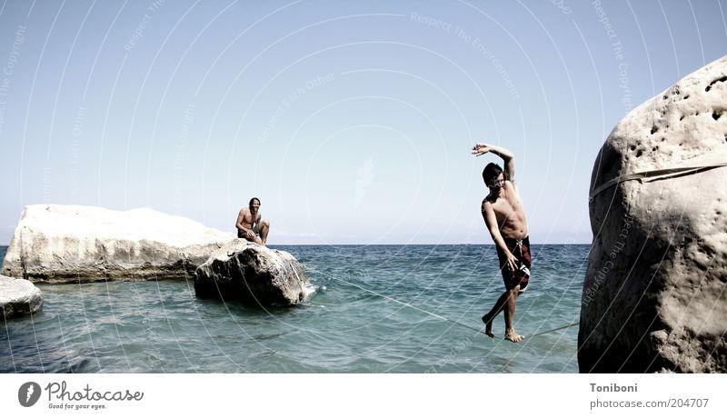 Jesusversuch Mensch Natur Jugendliche Wasser Meer Sommer Strand ruhig Erwachsene oben Küste Horizont Gesundheit Felsen maskulin Seil