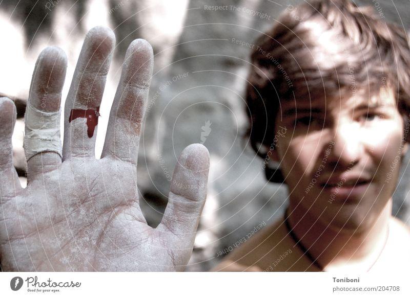 Cut Klettern Bergsteigen Sportler Bouldern Mensch maskulin Junger Mann Jugendliche 1 18-30 Jahre Erwachsene Tapferkeit Opferbereitschaft Schmerz Abenteuer