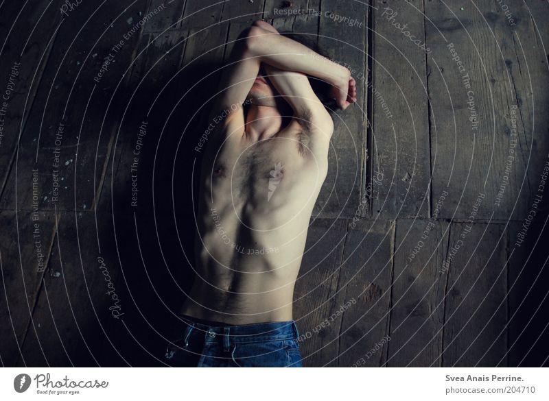 . Mensch Jugendliche dunkel nackt Gefühle Holz Traurigkeit braun dreckig Erwachsene maskulin Jeanshose trist liegen dünn Bauch