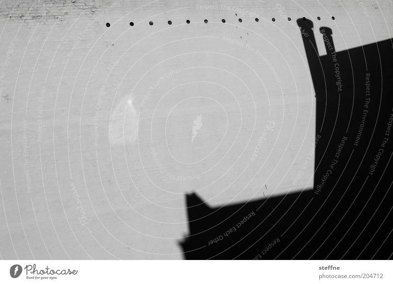 Perforationslinie Haus Dach ästhetisch Schatten Schwarzweißfoto Außenaufnahme Textfreiraum links Textfreiraum Mitte Dachgiebel Dachgeschoss Dachfirst Silhouette