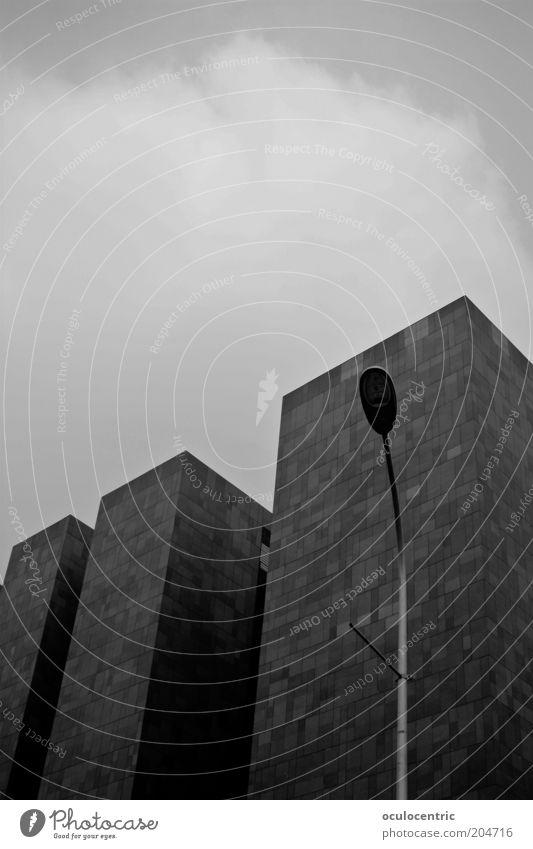 Au revoir ruhig schwarz dunkel grau Architektur Beton Hochhaus Fassade modern trist einfach aufwärts Straßenbeleuchtung eckig monumental