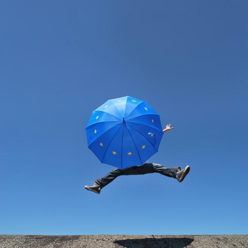 eu-schirmherrschaft Mensch Mann Erwachsene Leben Beine Fuß 1 Regenschirm Eurozeichen springen Europa Europäer Europa-Emblem Europatag Politik & Staat