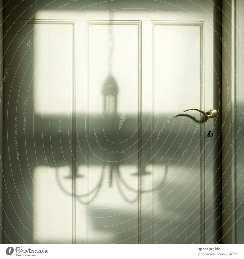 Schatten an der Tür Sicherheit Schutz Geborgenheit Griff Lampe Kronleuchter geschlossen Wohnung Eingang Eingangstür Farbfoto Innenaufnahme Menschenleer Licht