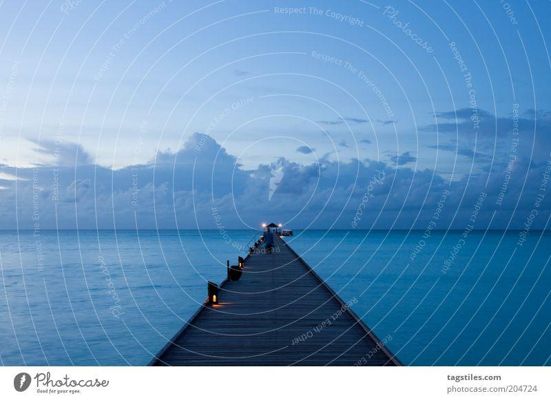 WARMES BLAU blau Steg Abend Dämmerung Anlegestelle Meer Insel traumhaft Traumurlaub Tourismus Idylle Wärme Farbfoto Textfreiraum oben Fernweh Sehnsucht schön