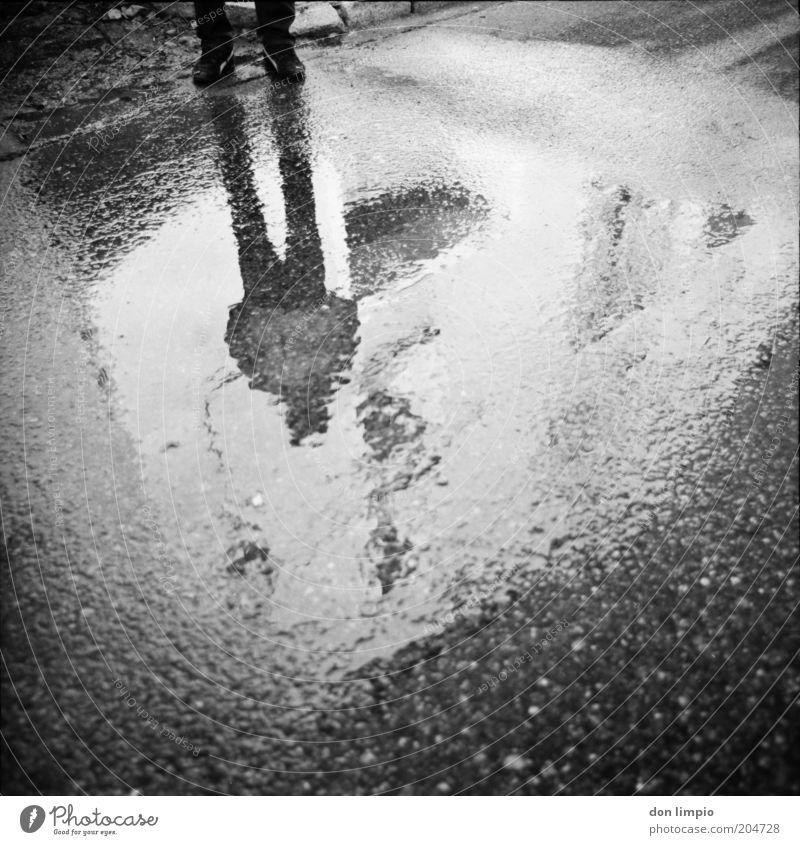 das andere Fenster 2 Mensch Mann weiß schwarz dunkel Regen Erwachsene maskulin analog Surrealismus anonym Pfütze Regenwasser Mittelformat schlechtes Wetter abstrakt