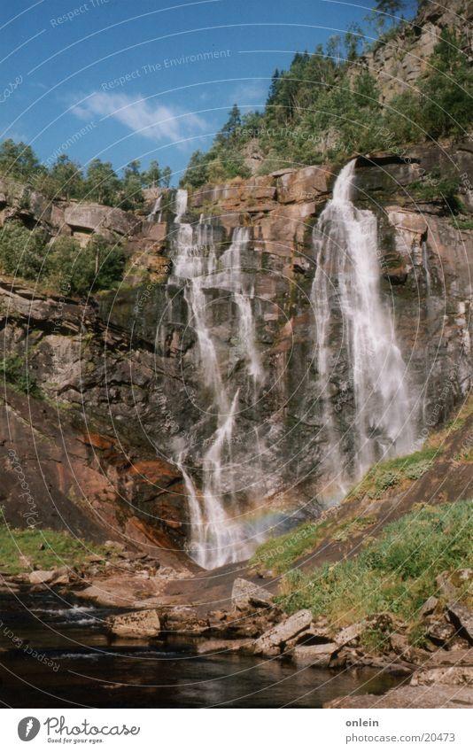 vor dem Regenbogen Wasser nass Felsen Wasserfall Regenbogen